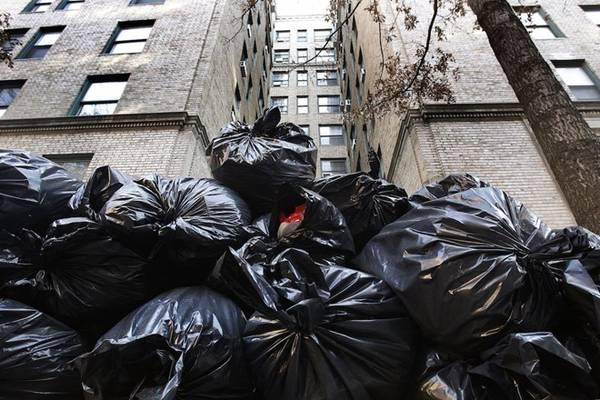 Túi đựng rác: Những chiếc túi này sẽ rất có ích vì một số lý do. Thứ nhất, bạn có thể đựng quần áo ướt hoặc bẩn. Thứ hai, bạn có thể gom rác để vứt đi. Thứ ba, trong trường hợp thời tiết đột ngột trở lạnh, bạn có thể dùng để quấn bên ngoài cho đỡ lạnh. Ngoài ra, bạn có thể dùng để quấn bên ngoài vết thương đã dán băng, đựng nước, cho lá khô vào bên trong để làm thành một chiếc gối, hoặc đơn giản là dùng để che nắng.