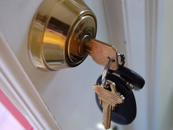 Chìa khóa, bút: Bạn có thể nắm chìa khóa hoặc bút giữa các ngón tay để tạo thành vũ khí khi cần đấm lại kẻ tấn công mình. Những chỗ hiểm để tấn công có thể là cổ họng, dưới hàm hoặc thậm chí là mắt.