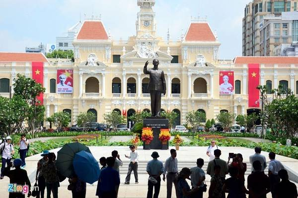 Tượng đài Hồ Chủ tịch: Tượng đài Bác Hồ trên đường Nguyễn Huệ (quận 1) được khánh thành vào tháng 5/2015. Tượng được làm bằng hợp kim đồng có chiều cao 7,2 m (bệ tượng cao 2,7 m, thân tượng 4,5 m), tổng kinh phí 7 tỷ đồng. Ảnh: Lê Quân.