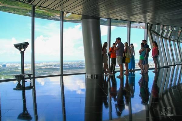 Sky Deck là tên gọi của đài quan sát cao 180 m tọa lạc trên tầng 49 tòa nhà Bitexco. Đài được trang bị 6 ống nhòm tầm xa, có khả năng quay ngang 360 độ và quay lên xuống góc 50 độ. Giá vé để tham quan nơi này là 200.000 đồng một người. Ảnh: Duy Phương.
