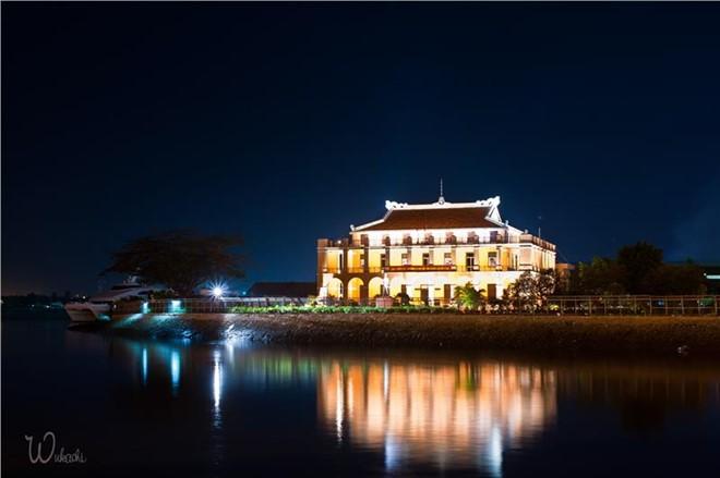 Bến Bạch Đằng (quận 1): Đây là di tích lịch sử gắn với nơi người thanh niên trẻ Nguyễn Tất Thành ra đi tìm đường cứu nước. Nơi đây cũng có vẻ thanh bình của dòng sông in bóng những tòa nhà cao tầng, những con thuyền trôi chậm, vẻ yên bình của cần thủ. Ảnh: Wuhashu.