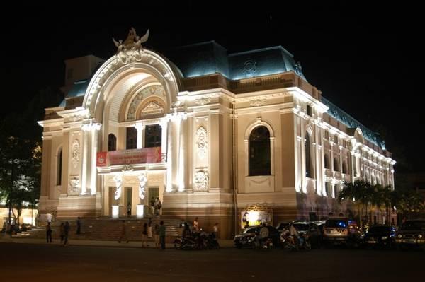 Nhà hát TP HCM (quận 1): Nhà hát Lớn hay nhà hát Thành phố là công trình có mặt tiền hướng ra công trường Lam Sơn và đường Đồng Khởi. Nhà hát được khánh thành năm 1900, mang kiến trúc thời Đệ tam Cộng Hòa của Pháp đầu thế kỷ 20. Ảnh: Unspoken061/blogspot .
