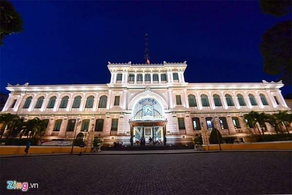 Bưu điện trung tâm Sài Gòn (quận 1): Là tòa nhà được người Pháp xây dựng từ những năm 1886-1891 theo đồ án thiết kế của kiến trúc sư Villedieu cùng phụ tá Foulhoux, công trình kiến trúc mang phong cách châu Âu kết hợp với nét trang trí châu Á. Ảnh: TiếnTuấn.