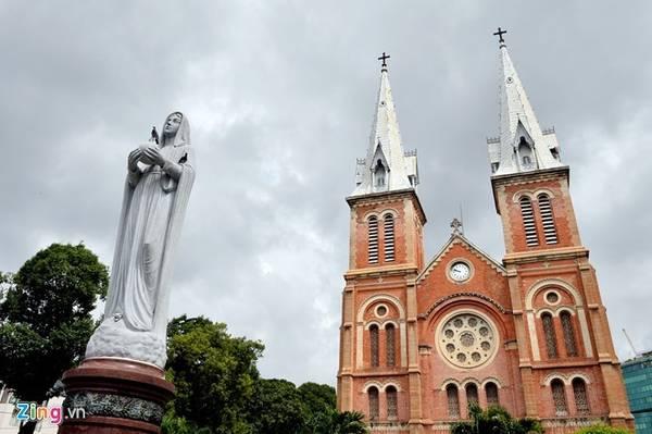 Nhà thờ Đức Bà (quận 1): Nhà thờ Đức Bà còn có tên là Vương cung Thánh đường Chánh tòa Đức Bà Sài Gòn. Công trình được xây dựng vào ngày 7/10/1877. Kiến trúc của nhà thờ được thiết kế kết hợp phong cách Roman và Gothic. Ảnh: Hoàng Hà.