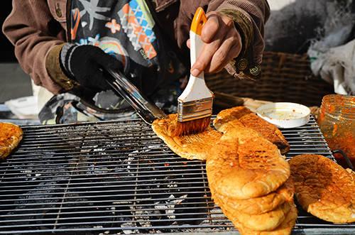 Ổ bánh mì được nướng trên bếp than hồng hấp dẫn thực khách. Ảnh: Phong Vinh.