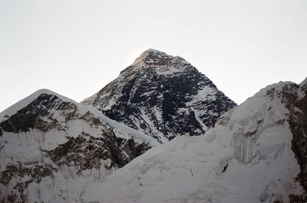 Đây là điểm nhìn đỉnh Everest rõ nhất và đẹp nhất, đặc biệt là ở thời điểm bình minh hay hoàng hôn.