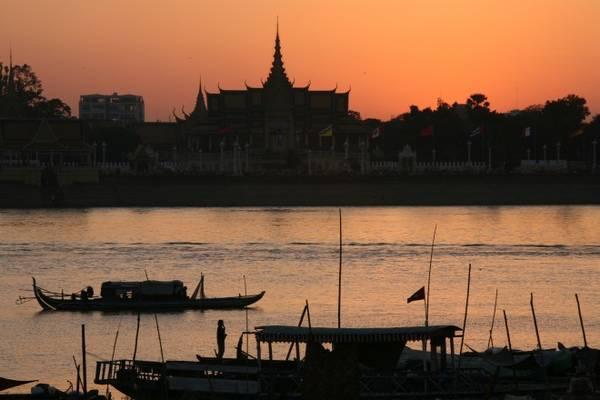 Đi thuyền trên những nhánh sông Mekong. Ảnh: Roughguides