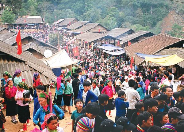 Rất đông người dân tộc đến tham gia phiên chợ tình. Ảnh: bestprice