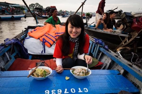 Khách du lịch thích thú khi đến với chợ nổi. Ảnh: timeoutvietnam