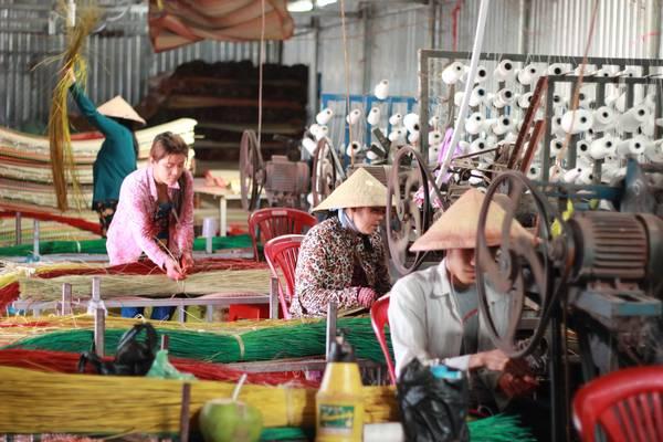 Hoạt động đầy màu sắc của làng nghề. Ảnh: muctim