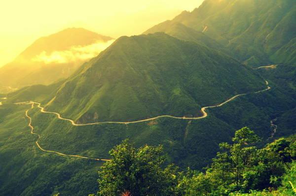 Con đường đèo vắt ngang sườn núi. Ảnh: ST