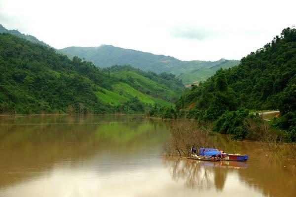 Nơi con sông Đà chảy vào đất Việt. Ảnh: Thành Đặng