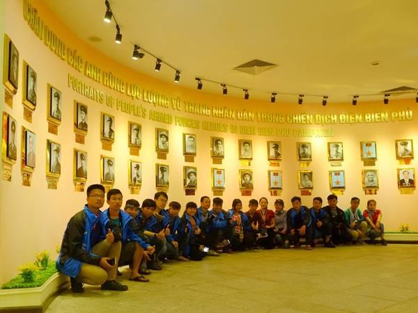 Các bạn trẻ tham quan Bảo tàng chiến thắng Điện Biên Phủ. Ảnh: Thành Đặng