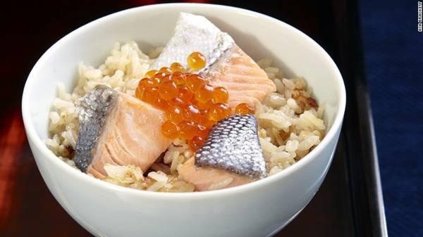 Harako meshi: Cá hồi là một nguyên liệu quan trọng trong ẩm thực vùng Tohoku và Harako meshi (cơm cá hồi với trứng cá) là đặc sản của vùng. Món ăn này thường được làm trong các buổi hội họp gia đình, mỗi nhà lại có một cách chế biến riêng. Các miếng cá hồi đã nấu chín được bày trên cơm, thêm một chút trứng cá.