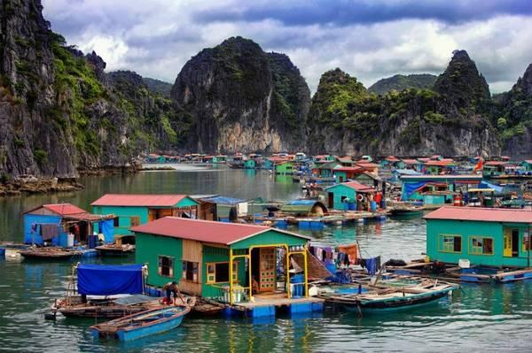 Khung cảnh bình dị nhưng đầy sắc màu của làng chài Cửa Vạn.