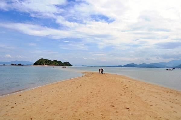 Đảo Điệp Sơn có tên gọi là đảo Bịp, bởi trước đây có rất nhiều chim bìm bịp sinh sống. Đảo thuộc thôn Điệp Sơn, xã Vạn Thạnh, huyện Vạn Ninh, Khánh Hòa, cách thành phố Nha Trang khoảng 60 km. Trong ảnh là con đường đi bộ trên biển nối liền hai hòn đảo của cụm đảo Điệp Sơn.