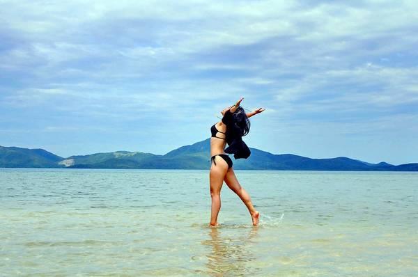 Sự phấn khích của một cô gái với thiên nhiên khi đi dạo trên thủy đạo.