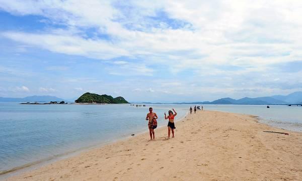 Thời gian này, nhiều du khách nước ngoài đã biết đến đảo Điệp Sơn và đến tham quan.
