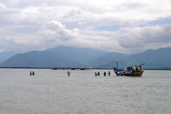 Tuy nhiên, niềm vui khám phá của du khách lại là nỗi khổ của ngư dân nơi đây. Khi thủy triều xuống, thuyền đi qua không được. Họ phải lội bộ để qua đảo đi bắt trùng hay bắt sò, ốc.