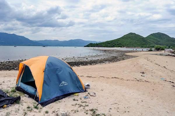 Những người thích qua đêm trên đảo có thể thuê lều ngủ giữa thiên nhiên, đón bình minh trên đảo.