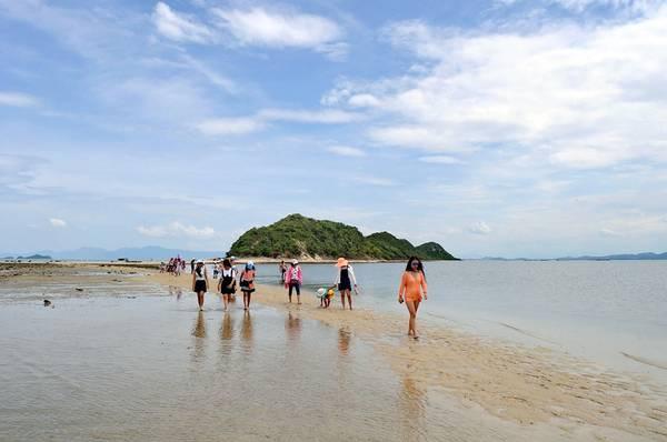 Buổi chiều trở về, nếu còn sức, du khách có thể vào làng tìm hiểu đời sống người dân trên đảo, cũng rất thú vị.