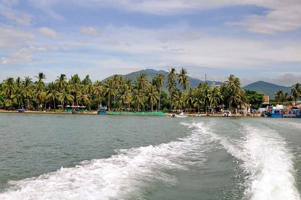 Nơi đây có vài trăm hộ dân chủ yếu sống bằng nghề đi biển. Từ cầu cảng thị xã Vạn Giã với với làng chài và hàng dừa xinh đẹp, du khách đi bằng tàu gỗ đánh cá 1 tiếng sẽ đến Điệp Sơn, còn đi bằng ca nô cao tốc sẽ mất khoảng 15 phút.