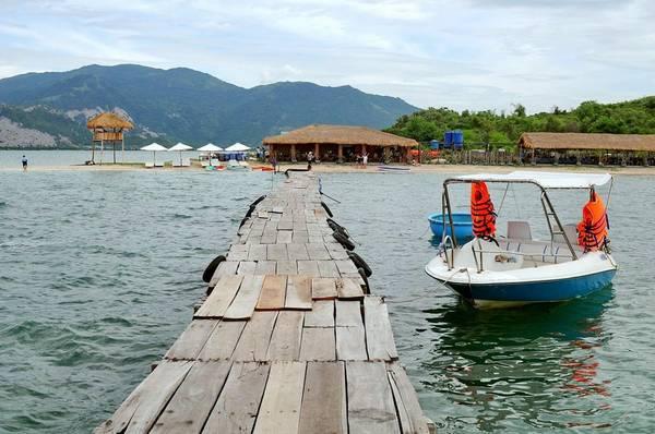 Trên đảo nay đã có nhà hàng để khách ăn uống, nghỉ ngơi.