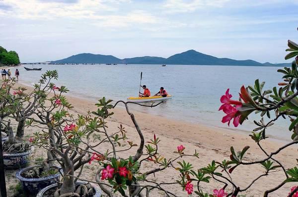 Đến đây, du khách có thể thuê thuyền kayak tự chèo dạo chơi.