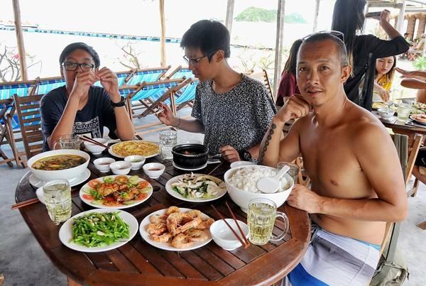 Một bữa cơm trưa với hải sản tươi giúp du khách lấy sức chuẩn bị đi bộ trên thủy đạo qua đảo bên kia.