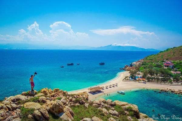 Đảo Yến có bãi tắm đôi - một bên nóng, một bên lạnh - do các dòng chảy tạo nên. Các bạn có thể thoải mái trải nghiệm tại bãi tắm duy nhất ở Việt Nam này.