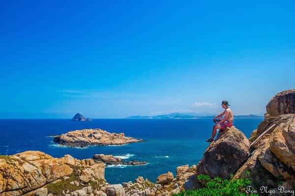 Ngoài ra, các bạn còn có thể leo núi Du Hạ trên đảo cao khoảng 90 m, nằm sát biển. Leo lên đỉnh núi, các bạn có thể chiêm ngưỡng được hết cảnh quan xung quanh, bãi tắm cong, và có góc sống ảo cực đẹp cho các bạn đam mê chụp ảnh. Các bạn cũng có thể thấy được Hòn Ngoại phía xa, nơi có trữ lượng tổ yến lớn nhất Việt Nam.