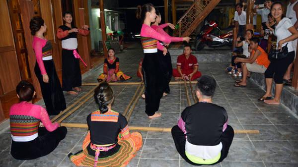Đội văn nghệ của Mai Châu đang múa sạp - Ảnh: Phạm Tô Chiêm