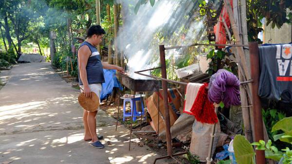 Nướng thịt đãi khách - Ảnh: Phạm Tô Chiêm