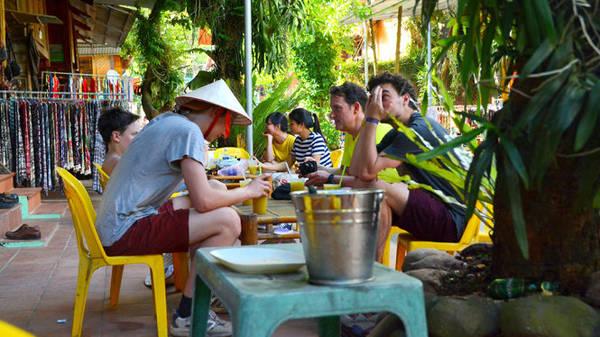 Khách nước ngoài bên những cốc nước mía - Ảnh: Phạm Tô Chiêm