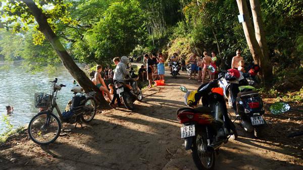 Du khách bên hồ tắm tự nhiên - Ảnh: Phạm Tô Chiêm