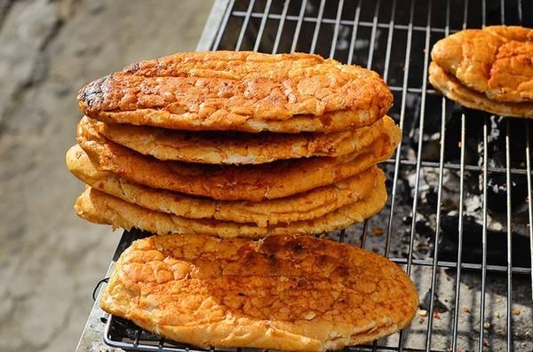 Bánh mì nướng muối ớt làm từ những ổ bánh mì đơn giản nhưng được biến tấu thành món mới, khiến không ít bạn trẻ mê mẩn. Gần đây, món ăn này bắt đầu lan rộng ở Sài Gòn và vài nơi khác.