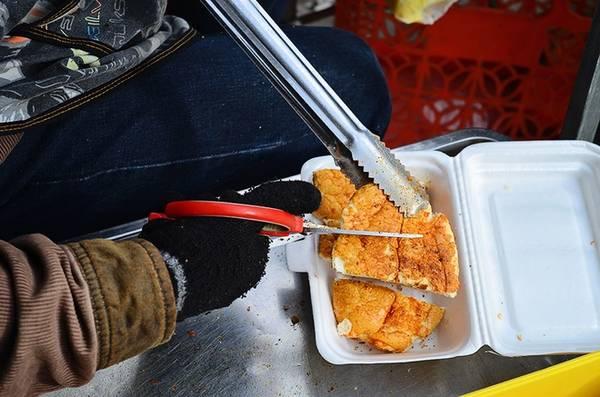 Khi có khách, bánh sẽ được nướng và phủ thêm lớp nướng sốt sa tế một lần nữa cho đậm vị.