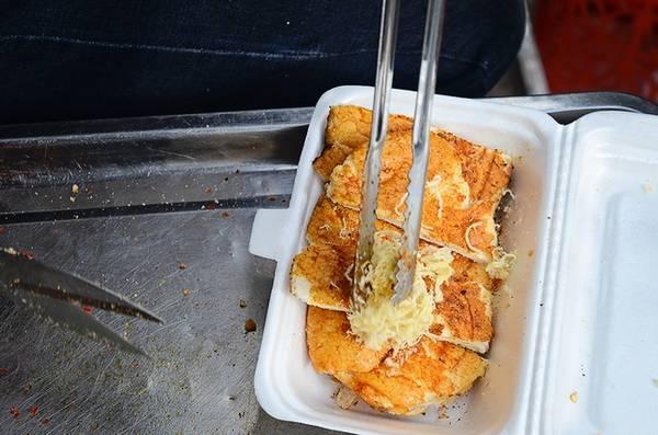"""Bánh ngon hay không là tùy vào cách người chế biến phải khéo léo trong công đoạn nêm nếm, đảm bảo cho nước sốt không quá cay và ngấy. Chủ hàng bánh nói: """"Nhiều nơi bây giờ có cho thêm các nguyên liệu đi kèm nhưng chỗ mình từ lúc bán đến giờ vẫn giữ nguyên công thức và các nguyên liệu""""."""
