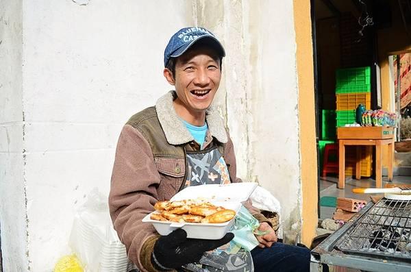 Mỗi lần làm cho khách mất khoảng 3 - 4 phút, có thể lâu hơn khi đông khách. Biết thế nên chủ hàng bánh mì luôn tươi cười và tìm những câu chuyện vui kể cho mọi người khiến góc phố nhộn nhịp hẳn lên.