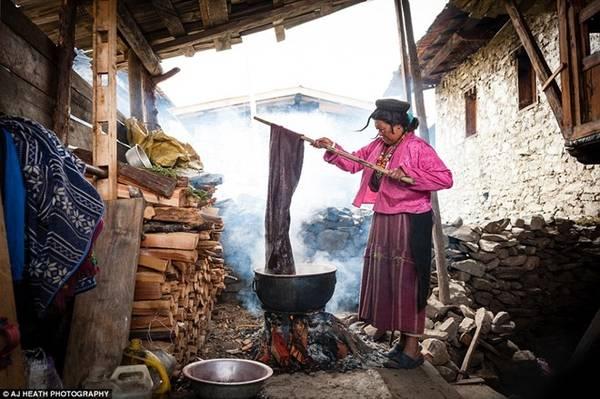 Người Brokpa sống ở vùng hẻo lánh phía đông Bhutan suốt nhiều thế kỷ. Trong ảnh, một phụ nữ đang nhuộm vải dệt từ lông bò yak.