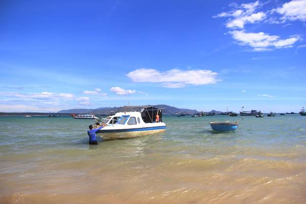 Canô chở khách ra đảo Kỳ Co.Ảnh: San San