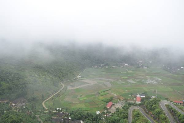 Tiếp tục hành trình sáng hôm sau, chúng tôi xuất phát sớm lên cột cờ Lũng Cú. Đường lên dốc quanh co và sương giăng khắp lối.