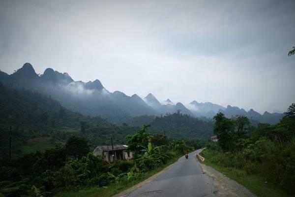 Chạy theo Quốc lộ 4C, trước mắt bạn là thấp thoáng đồi núi hùng vĩ Hà Giang.