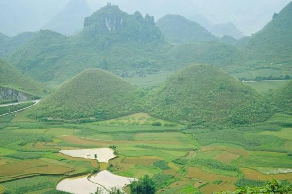 Trên chặng đường tới Đồng Văn, các bạn sẽ đi qua Cổng trời Quản Bạ. được ngắm nhìn thị trấn Tam Sơn từ trên cao. Và đặc biệt hơn cả là núi đôi Cô Tiên - một món quà vô giá thiên nhiên đã ban tặng. Ngọn núi có hình dáng như bầu ngực căng tròn của người phụ nữ.