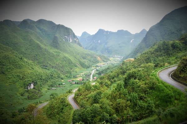 """Tới phim trường """"Nhà của Pao"""" tại Làng Văn hóa Du lịch Lũng Cẩm ở thung lũng Sủng Là."""
