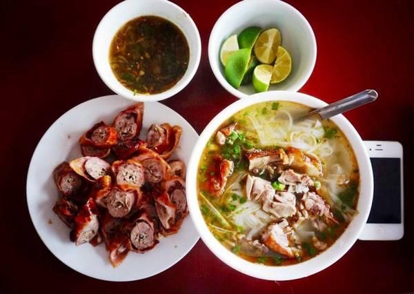 Trên đường qua Cao Bằng, Lạng Sơn, món phở vịt quay Hải Xồm giá 30.000 đồng với bát phở đầy ắp thịt vịt, chấm thêm nước tương đặc trưng tạo ra vị ngon riêng biệt của ẩm thực vùng miền.