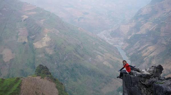 """Phương Chíp, tên thật là Bùi Trúc Phương, sinh năm 1995, tại làng chài Vạn Giã, tỉnh Khánh Hòa, có sở thích """"ăn khắp muôn nơi, chụp ảnh muôn góc phố""""."""