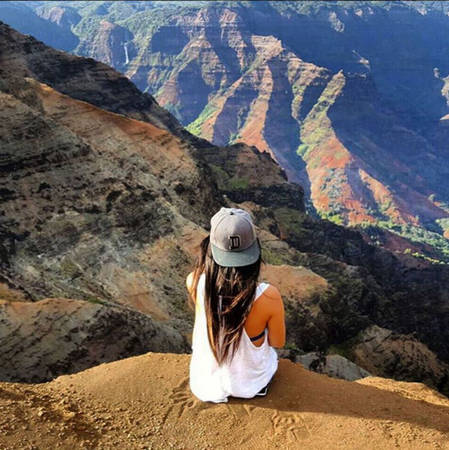 Cô thích cảm giác đứng ở trên cao và nhìn toàn cảnh vật phía dưới.