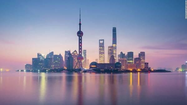 2. Thượng Hải, Trung Quốc: Thành phố ấn tượng này là sự kết hợp hoàn hảo giữa cổ điển và hiện đại, lịch sử và tân tiến. Du khách có thể mua sắm hàng hiệu ở những khu phố nhộn nhịp, chiêm ngưỡng kiến trúc đền đài cổ, hay nếm thử những món ăn từ sang trọng tới vỉa hè.
