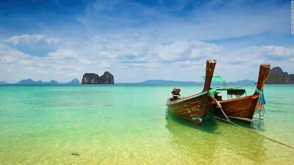 8. Quần đảo Trang, Thái Lan: Quần đảo bình yên này chưa được quá nhiều du khách biết đến, do đó vẫn còn giữ được vẻ đẹp hoang sơ, nguyên vẹn. Bạn có thể thuê thuyền gỗ để đi từ đảo này sang đảo khác, lặn biển và chiêm ngưỡng khung cảnh thiên nhiên tuyệt đẹp.